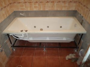 Установка ванны простой, металлической
