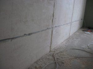 Штробление стены под проводку (бетон)