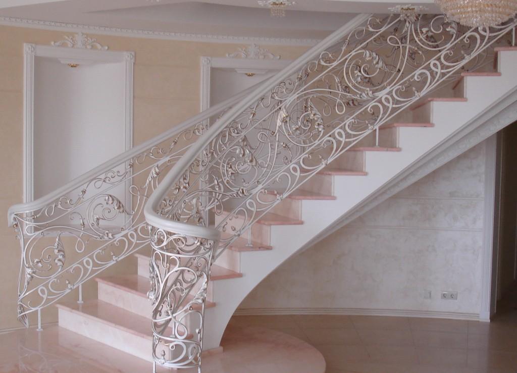 Кованные-перила-на-бетонной-лестнице-1024x739